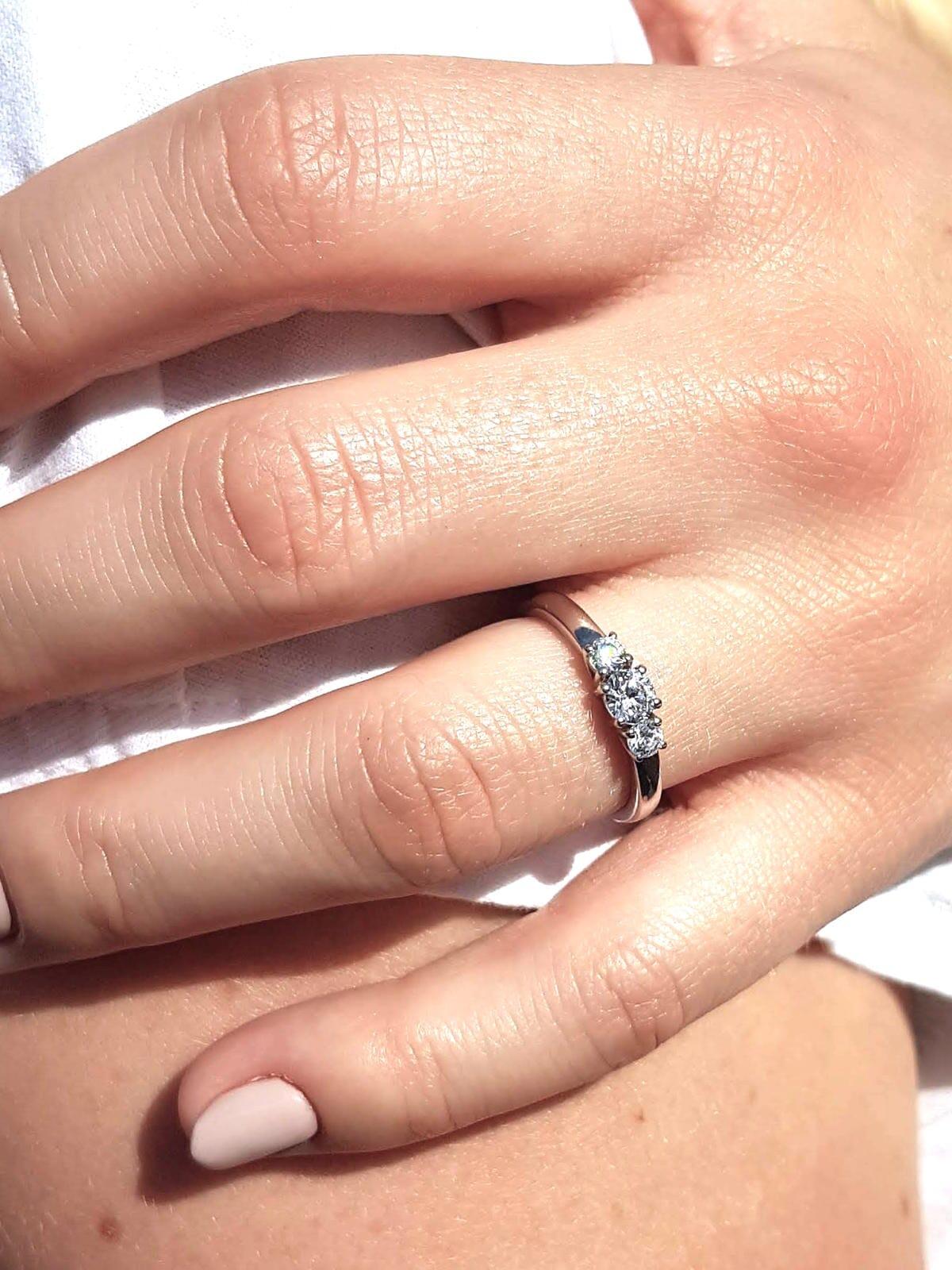 diamantring-drei-steine-weiss-21diamonds
