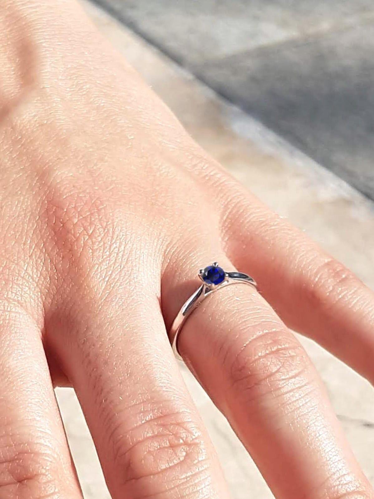 verlobungsring-blauer-saphir-hand-21diamonds