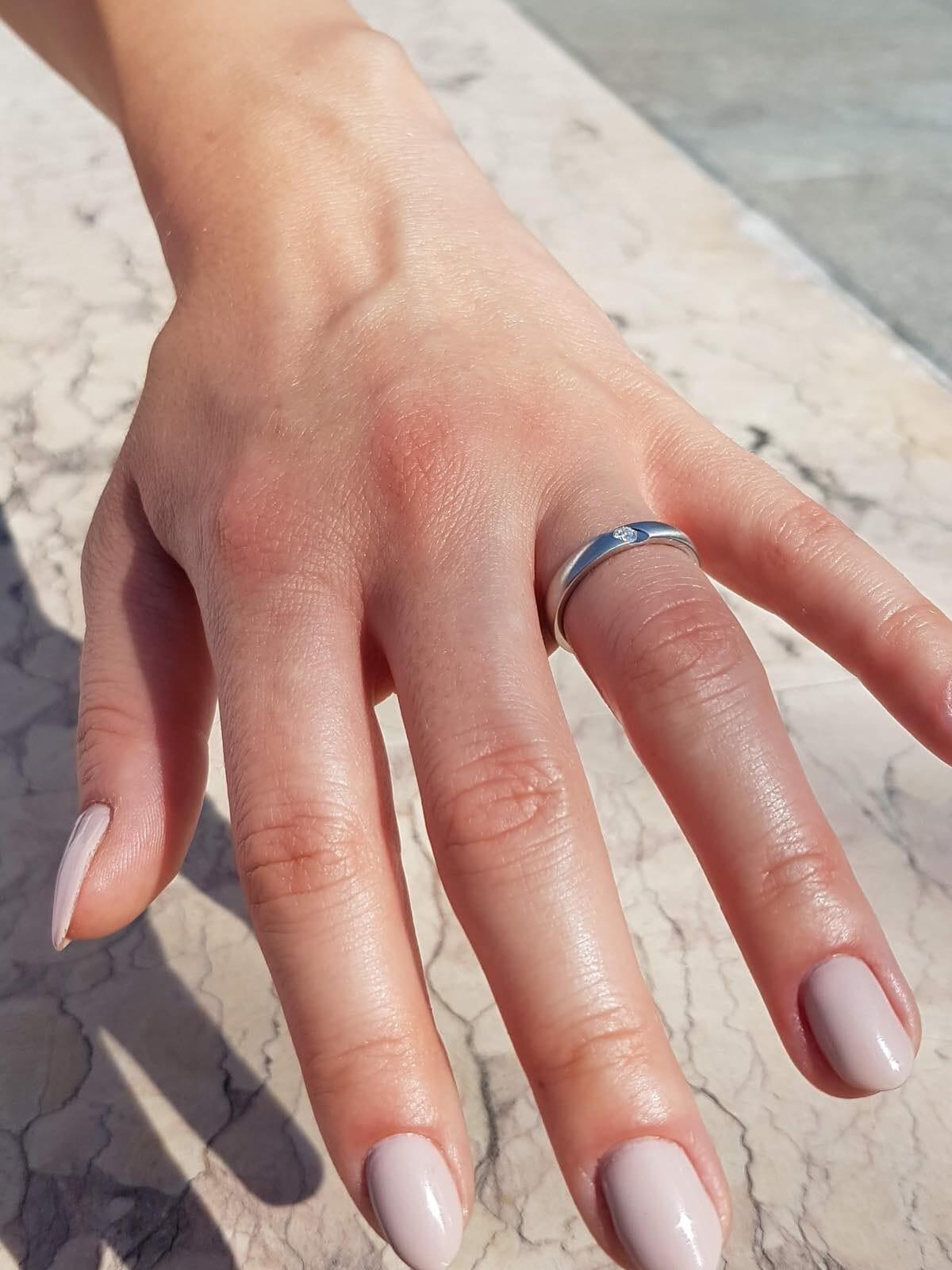 schlichter-verlobungsring-mit-diamant-hand-21d